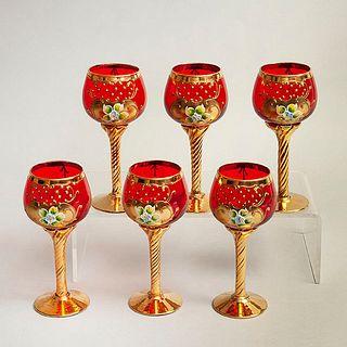 Lote de 6 copas. Siglo XX. Elaboradas en cristal de murano color rojo. Decoradas con elementos florales y esmalte dorado.
