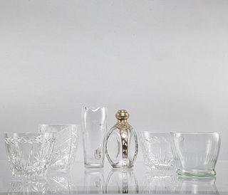 Lote de 6 piezas. SXX. Diferentes diseños. Elaborados en cristal y vidrio. Consta de: licorera, jarra y 4 hieleras. Uno marca Haigs.