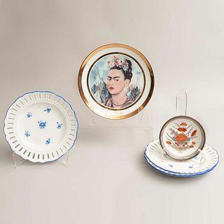 Lote de 5 platos decorativos. Diferentes orígenes y modelos. Siglo XX. En porcelana y metal dorado. Marca Rosenthal, Meissen y J.J.C.