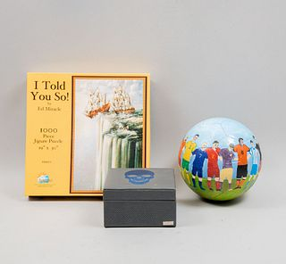 Lote mixto de 3 piezas. Siglo XXI. Consta de:  Caja para 4 relojes. México. En madera, rompecabezas y balón en escayola intervenida.