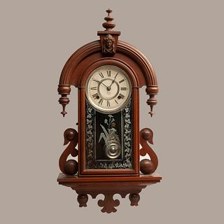 Reloj de pared. Estados Unidos. Siglo XX. En talla de madera. Marca Ansonia. Modelo Habana Strike. Mecanismo de cuerda y péndulo.
