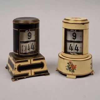 Lote de 2 relojes de mesa. Alemania. Siglo XX. Elaborados en metal dorado policromado. Mecanismo de cuerda.