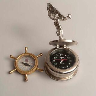 Lote de 2 piezas. SXX. Consta de: a) Reloj de mesa. Inglaterra. Marca Rolls Royce. Edición limitada y b) Brújula. Marca Semery Salem.