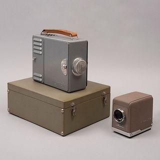 Lote de 2 proyectores de transparencias. Siglo XX. Elaborados en metal. Marca Camerafix y Minolta.