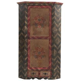 Armario. Siglo XX. Elaborado en madera tallada. Con puerta, 2 cajones y soportes lisos. Decorado con elementos vegetales.