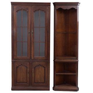 Lote de esquinero con vitrina. Siglo XX Estilo americano. Elaborado en madera. Piezas: 2.