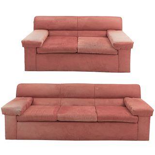 Sala. Siglo XX. Estructuras de madera, en tapicería color naranja. Consta de: Love seat y sofá de 3 plazas. Piezas: 2