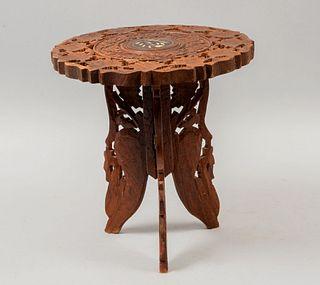 Banco. SXX. Estilo Marroquí. En madera. Decorado con elementos calados, florales, vegetales y aplicaciones sintéticos. 32 x 29 cm Ø