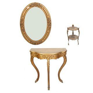 Lote de 3 piezas. Siglo XX. Consta de: Mesa consola, espejo y pedestal para jardín. Elaborados en madera y metal dorado.