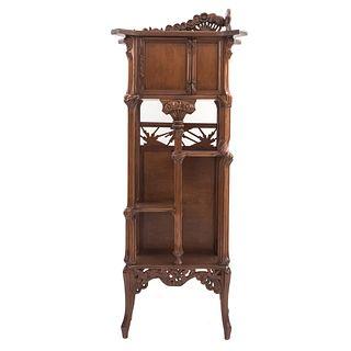 Aparador. Siglo XX. Elaborado en madera. Con cubierta irregular, puerta abatible superior, 3 entrepaños, fustes semi curvos.