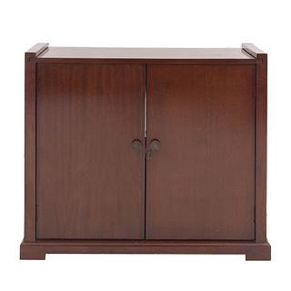 Gabinete. Siglo XX. Elaborado en madera. Con cubierta rectangular, 2 puertas abatibles con tiradores tipo perilla.