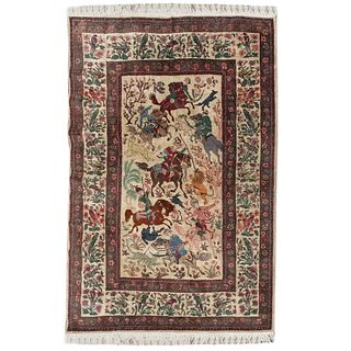 Tapete. Persia, siglo XX. Elaborado en fibras de lana y algodón. Decorada con elementos vegetales, florales, aves y escenas de caza.