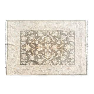 Tapete. Siglo XX. Elaborado en fibras de lana, algodón y sintéticas. Decorado con elementos vegetales, florales y orgánicos.