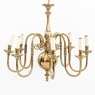 Lámpara de techo. Siglo XX. Estilo holandés. Elaborado en latón dorado Para 8 luces. Fuste compuesto con motivo boleado.