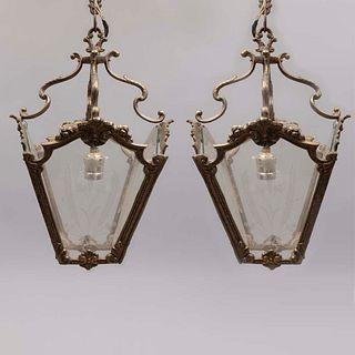 Par de lámparas de techo. SXX. Diseño a manera de faroles. En metal dorado. Para una luz. Pantalla con paredes en cristal tipo pepita.