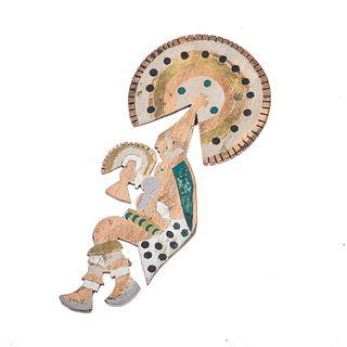 Pendiente con malaquita en metal base. 9 mosaicos de malaquita. Motivo danzante con penacho. Circa 1950. Peso: 51.0 g.