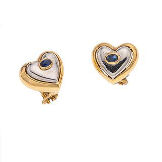 Par de aretes con zafiros en oro amarillo y blanco de 14k. Diseño de corazón. Peso: 11.6 g.
