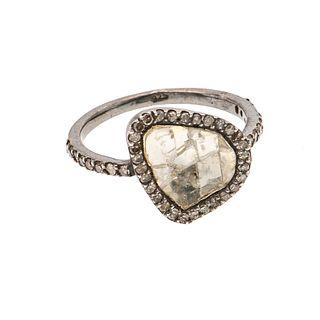 Anillo con diamantes y simulante en plata .925. 25 diamantes corte 8 x 8. Talla: 6. Simulante fracturado. Peso: 3.5 g.