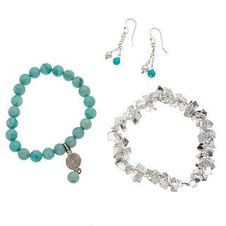 Dos pulseras y par de aretes con larimar y perlas en plata .925.