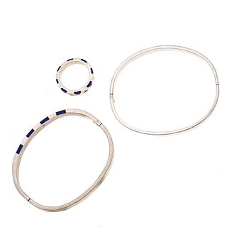 Dos brazaletes y anillo con lapislázuli en plata .925. Talla: 7. Peso: 47.4 g.