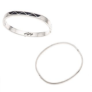 Dos brazaletes con lapislázuli en plata .925. Peso: 53.1 g.