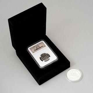 """Lote de 2 monedas Consta de: a) Moneda. Siglo XX. Elaborada en plata procedente del naufragio del barco """"EL CAZADOR"""". En cápsula..."""