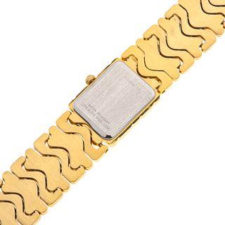 Reloj Bulova. Movimiento de cuarzo. Caja cuadrada en acero dorado. Carátula de madreperla. Pulso acero dorado. Estuche y c...