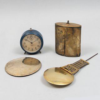 Lote de 4 artículos de relojería.  Francia, siglo XX.  Consta de:  a) Reloj despertador de la marca Japy. Elaborado en m...