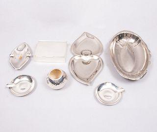 Lote mixto de 7 piezas decorativas. México. Siglo XX. En metal plateado. Consta de: alhajero, botanero, 2 centros de mesa, 3 ceniceros.