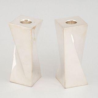 Par de portavelas. México, siglo XX. Estilo Art Déco. Elaborados en plata Sterling Ley  0.925. Peso total: 585 g.