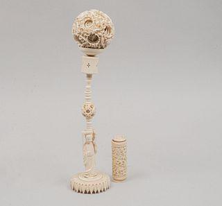 Esfera de cantón. Origen oriental. Siglo XX. En talla de marfil. Decorada con elementos vegetales, calados, florales.