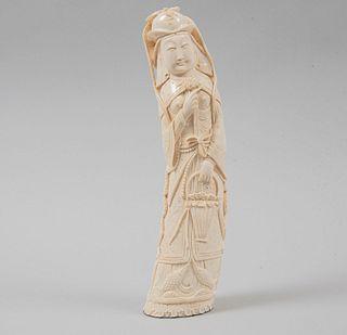 Quan Yin. China, siglo XX. Talla en marfil con motivos calados. 31 cm de altura