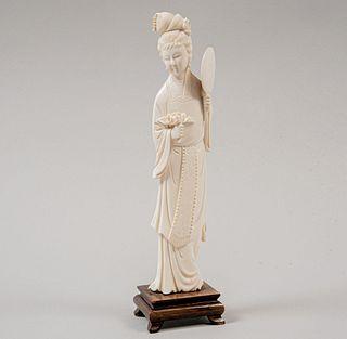 Dama con abanico. China, siglo XX. Talla en marfil con base de madera.