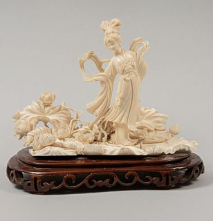 Quan Yin. China, principios del siglo XX. Talla en marfil con motivos calados y base de madera. 16.5 cm de altura
