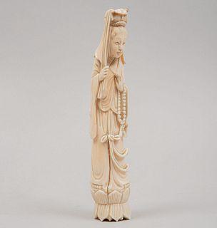 Quan Yin. Siglo XX. Talla en marfil con detalles en tinta negra. Detalles de conservación y ligera fisura. 19.5 am altura.