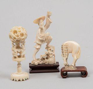 Lote de 3 piezas. Origen oriental. Siglo XX. En talla de marfil. Consta de: esfera de canton, caballo y campesino. 2 con base.