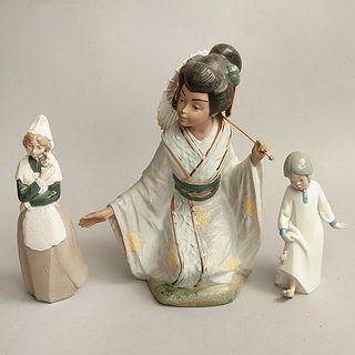 Lote de 3 figuras decorativas. España. Siglo XX. Elaboradas en porcelana Nadal y REX. Acabado brillante y gres.