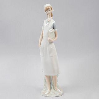 Enfermera. España. Ca. 1970 Elaborada en porcelana Lladró. Acabado brillante. 41 cm altura