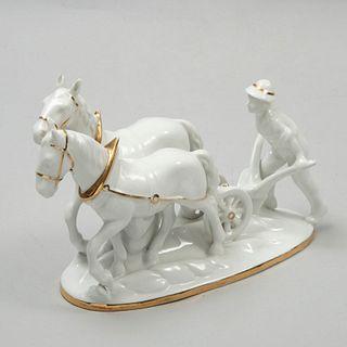 Labrador. Alemania. Siglo XX. Elaborado en porcelana de Bavaria. Marca Gerold & Co. Con caballos. Decorado con esmalte dorado.