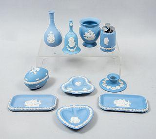 Lote de 10 piezas. Inglaterra. SXX. Elaboradas en porcelana azul Wedgwood. Formato pequeño. Consta de: violetero, encendedor, otros.