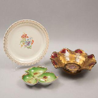 Lote de 3 piezas. Diferentes orígenes. Siglo XX. Diferentes diseños. Elaborados en porcelana y vidrio. Marca Lucky y Union.