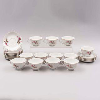 Lote de 12 ternos. China. Siglo XX. Elaborados en porcelana. Decorados con elementos florales, vegetales y esmalte dorado. Piezas: 24
