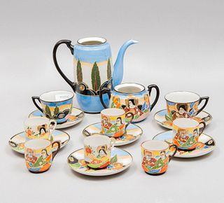Juego de té. Siglo XX. Elaborado en porcelana NPEA. Consta de: tetera, azucarera, 6 platos base y 8 tazas.  Piezas: 16
