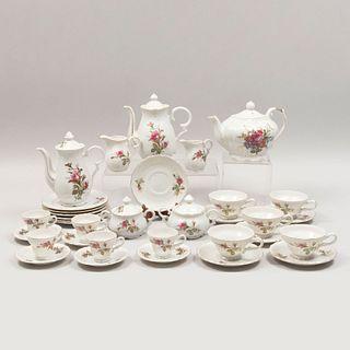 Juego de té y café. Japón. Siglo XX. En porcelana. Seriada 39/8 Consta de: tetera, cafetera, lechera, 2 cremeras, otros. Piezas: 28.