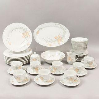 Servicio abierto de vajilla. China. SXX. En porcelana. Sellada. Consta de: ensaladera, cremera, azucarera, otros. Piezas: 43
