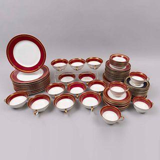 Servicio abierto de vajilla. Alemania. Siglo XX. Elaborada en porcelana Rosenthal. Piezas: 59