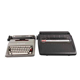 Lote de 2 máquinas de escribir SXX En metal y material sintético. Consta de: a) Portátil. Marca Olivetti. b) Electrónica. Marca Brother
