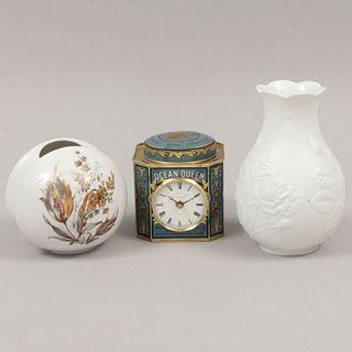 Lote de 3 piezas. Alemania e Inglaterra. Siglo XX. Elaborados en porcelana y metal. Algunos marca Krautheim, Kaiser y John Moore & Sons