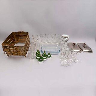 Lote mixto de 33 piezas. Diferentes orígenes y diseños. Siglo XX. Elaborados en porcelana, vidrio, cristal, metal y cerámica.
