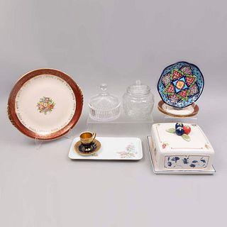 Lote de 10 piezas. Diferentes orígenes y diseños SXX. En porcelana, talavera, vidrio y cristal. Marca Villeroy & Boch, Bareuther, otros
